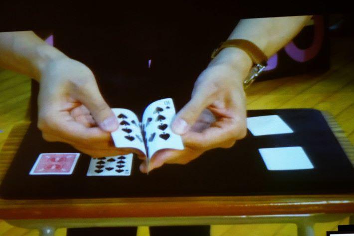 魔術師現身說法,指出科學如何協助表演魔術,其中一種類似「影印卡」的物品。