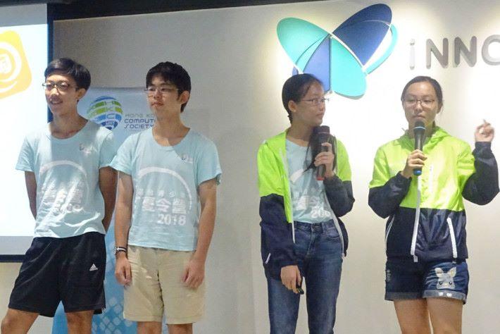 參與夏令營的青少年輪流作分享。