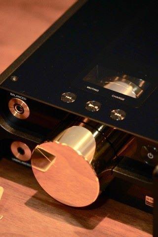 鍍銅再鍍金的音量控制鈕,不單造型華麗,也有實用性,即使在低音時也能保留所有音源訊息。