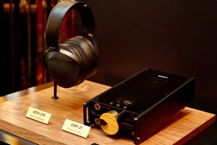 DMP-Z1 數碼音樂播放器和同是今日發表的高解析度音訊耳機 MDR-Z7M2 ,比對耳罩式耳機的大小,就可以看出 DMP-Z1 作為「手提」音樂播放器的體積有多大。