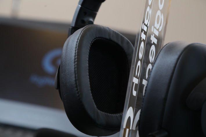 這款 PRO 耳機採用優質的人造皮耳墊,據 Logitech 表示隔音效能比同廠的舊式耳塾改良了 50% 。