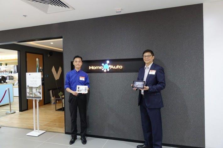 豐澤貿易總監吳宗禧先生(右)與豐澤智能專員介紹豐澤全新智能家居概念Home Auto by FORTRESS。