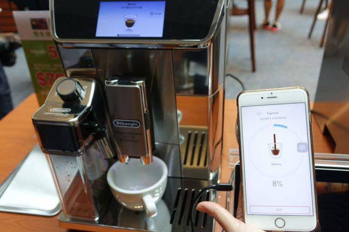 手機程式會顯示咖啡機沖咖啡的完成度。
