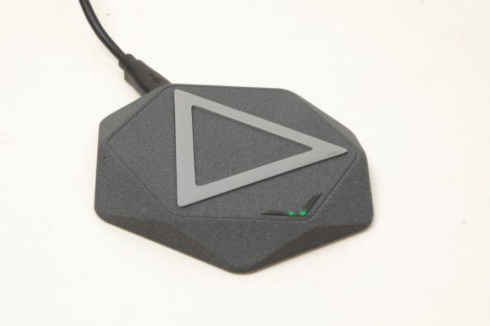 交錯六角形設計,配以中間三角圖形,好有幾何 feel。