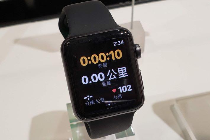 跑步期間的時間、距離、步速及心率亦會在程式中即時顯示,更會自動整合至 iOS 的健身紀錄功能內。