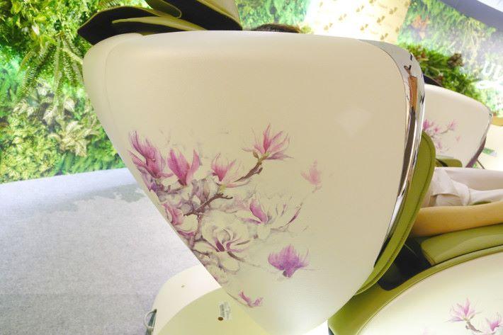 椅側以玉蘭花及牡丹花作點綴。