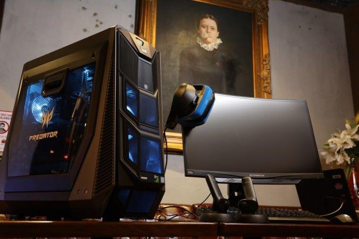 Acer Day & Night Music Party 現場展出多款電競電腦,包括這部側透機箱 的 Predator Orion 9000。(圖左)