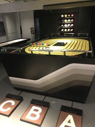 圖中地上 ABC 大字下有 Sensor ,只要人在上面跳動,就可觸發程式。讓桌面上的人仔化身為參賽者,展開一場室內賽跑。
