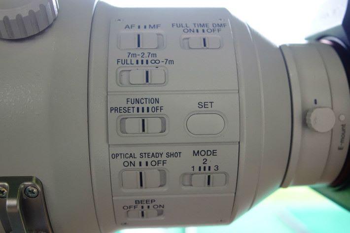 鏡身設有各種專業操控調節選項鍵。