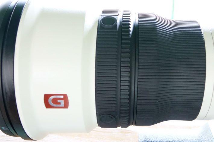 自設功能鍵經精心設計,放置在鏡頭前方。