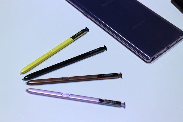 四種顏色機身各自對應相同顏色的 S Pen,而只有藍色機身才使用「撞色」的黃色 S-Pen。