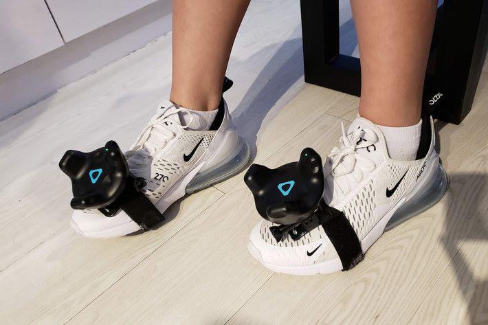 《Final Soccer VR》則利用到可戴於腳上的 VIVE 移動定位器。