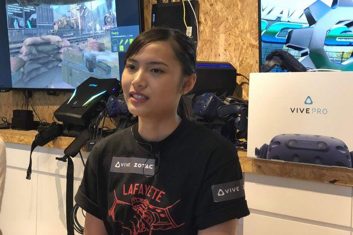 《 Beat Saber 》世界排名第三、來自泰國兼年僅 19 歲的 VR eSport 超新星 HanzerXyria 將會來港出席電競節,於 VR ARENA 示範《 Beat Saber 》及與大家交流。