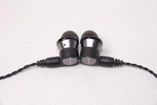 銀黑配搭的外型給人剛強感覺,耳機上的小氣孔是為減低低音諧振而設。