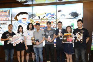 藤好 俊親自頒獎給冠、亞、季軍三個參賽者,還連同兩位 MC來個合照。