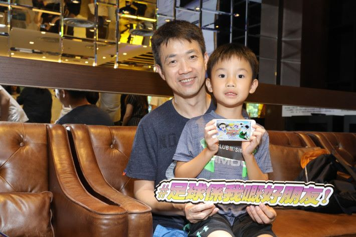 劉小朋友受到爸爸薰陶,父子兵兩人齊齊玩《足球小將翼:夢幻隊伍》。