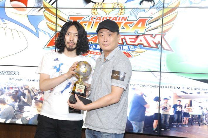 比賽當日,冠軍參賽者從藤好 俊手上接過獎盃及獎品。