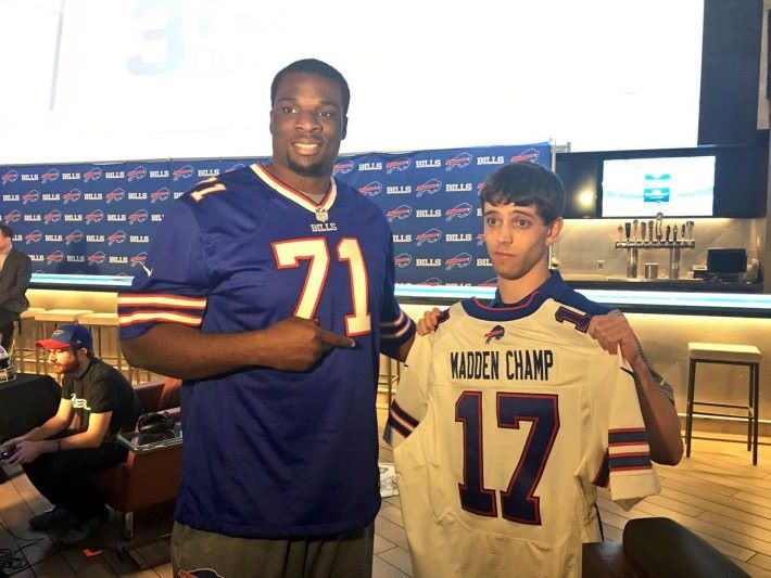 槍手 David Katz (右)曾是去年水牛城 Madden Club 錦標賽冠軍