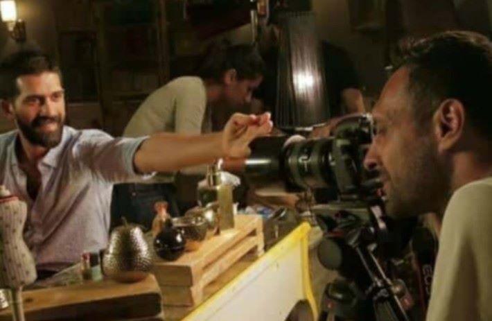 拍攝時,男演員手上是空空如也。
