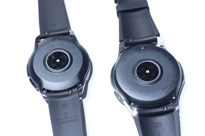 兩個尺寸的 Galaxy Watch 均備有光學心率感應器,同時亦可看見 42mm (左)版本使用 20mm 錶帶,46mm(右)版本使用 22mm 錶帶。
