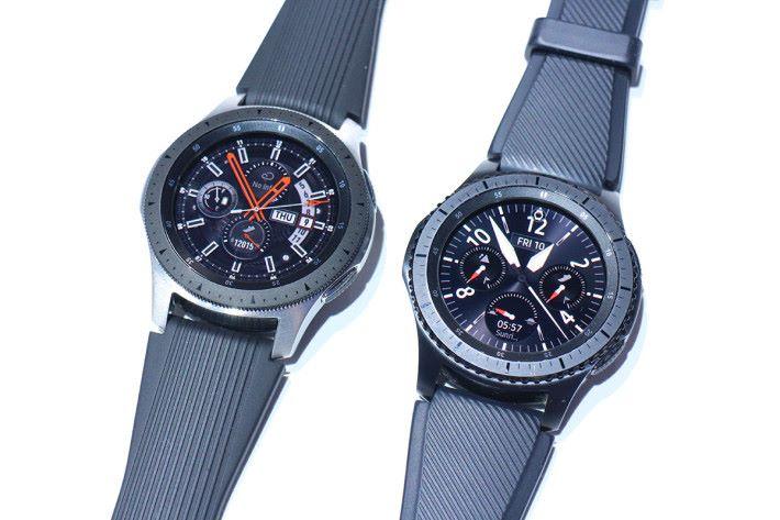 Galaxy Watch 與上代 Gear S3(右)比較,錶圈設計較為斯文,圓型 Super AMOLED 屏幕質素也較好一點。
