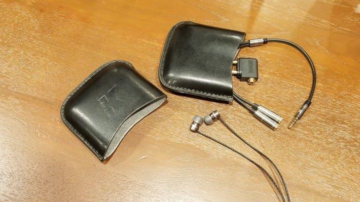 附送配件包括便攜包、一開二線、飛機轉換頭。