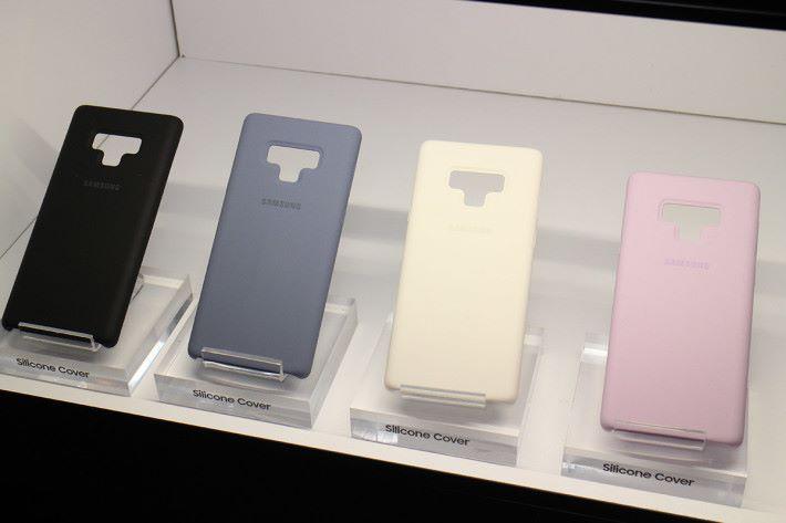 備有四色選擇的 Silicone Cover 提供舒適的握感。