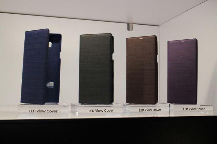LED Wallet Cover 可不需打開保護套亦可觀看時鐘或提示。