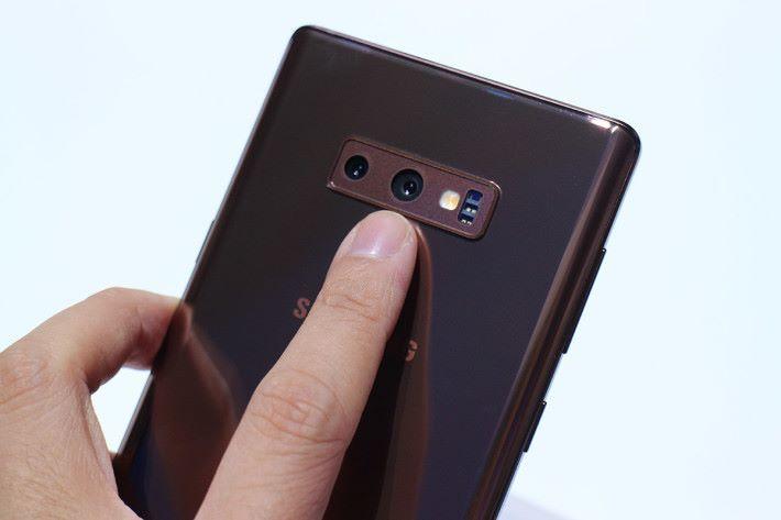 指紋感應器移到雙主鏡頭下方,使用起來更就手。