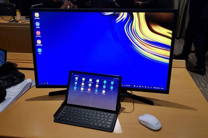 可透過HDMI接駁器連接至更大的屏幕,既可同時使用雙屏幕觀看平板上的內容,亦可繼續使用鍵盤保護套、屏幕鍵盤、觸碰式屏幕及S Pen繪圖板。