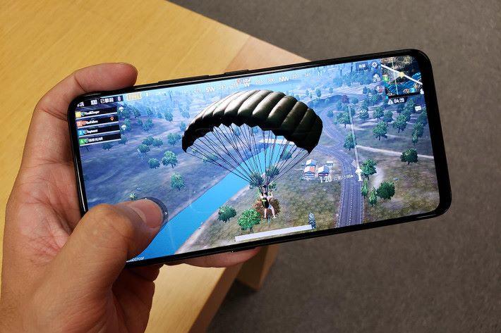 Snapdragon 845 處理器玩「食雞」類遊戲夠流暢,超高屏佔比亦令打機夠爽快。