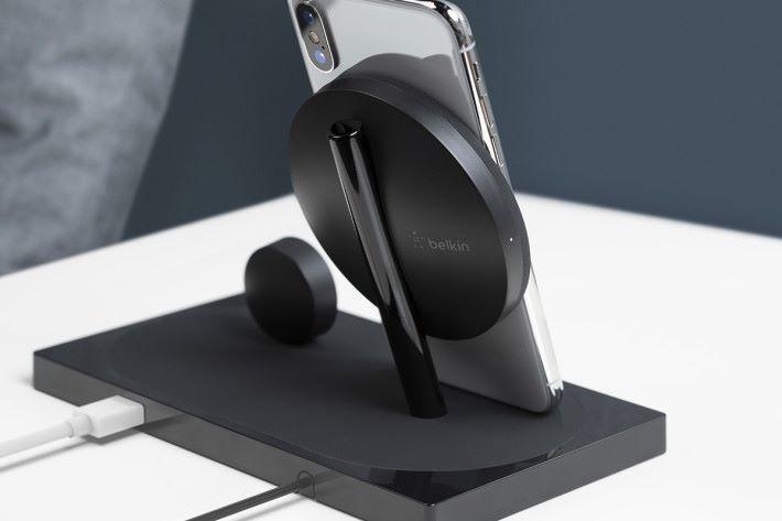 底座背面的額外 USB-A 插座提供 5W/1A 電力,對於 iPad 來說不太足夠,但 AirPods 就綽綽有餘。