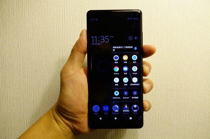 屏幕左右兩邊都可用到「側面感應」功能,左右手也用得到。