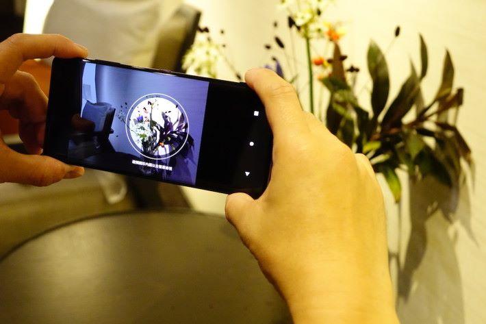 不論是將 XZ3 放在褲袋、手袋,只要拿起手機並作勢如拿相機般橫放,很快便會出現圓形顯示畫面,這時按一下圓形便會進入拍攝介面。