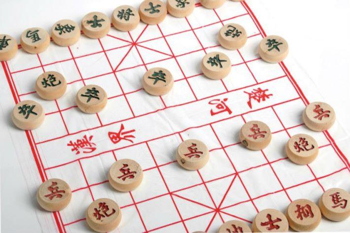 棋子的走法就有如特定的程式一樣,以「車」為例。在沒有其他棋子阻擋的情況下每一步可以沿著直線橫走或直走任意步,步數不限,但不可斜走或拐彎。