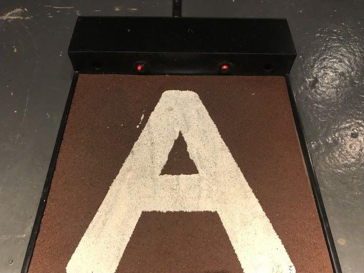 為何在踏板上跑步就能令運動員公仔移動?細心觀察跑步板上有兩對紅外線發射和接收裝置。