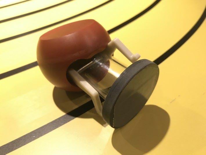 運動員公仔的底座裝有磁鐵。