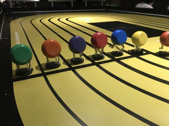 動感控制賽跑機可讓六位參賽者同時競賽。