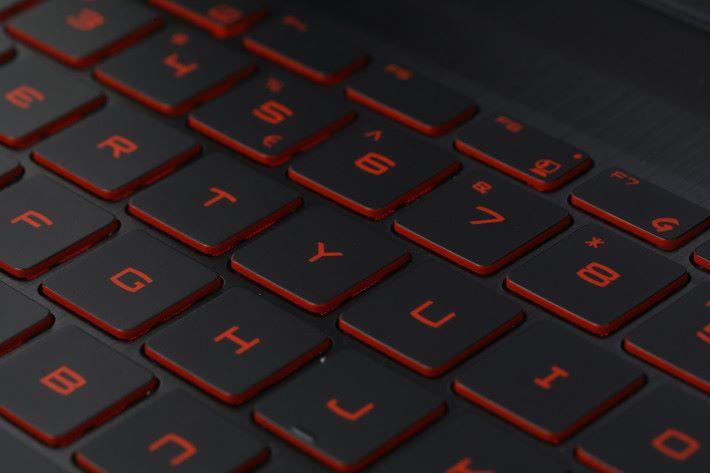 鍵盤的觸感舒適,並且備有紅色背光效果,玩家更能利用預載的《Steelseries Engine 3》,自訂快捷鍵及燈光效果。