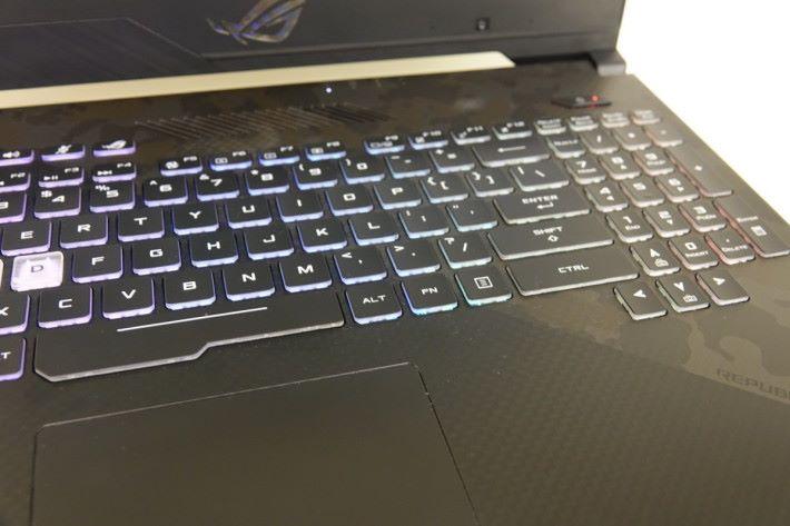 鍵盤設有四個可自訂 RGB 背光區,讓你自訂專屬於你的燈效!