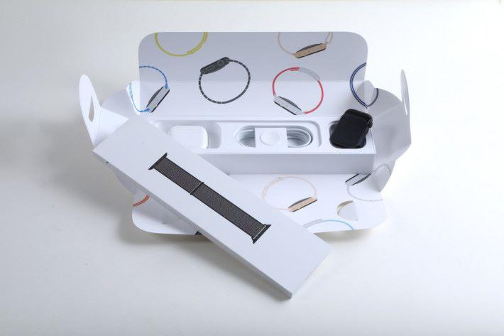 .新的 Series 4 包裝盒,錶身和錶盒是分開包裝,當中錶带就是零售款式,方便配搭出售。錶身包裝內,有旅行用 USB 充電器,一條 無線充電線,以及錶身本體。
