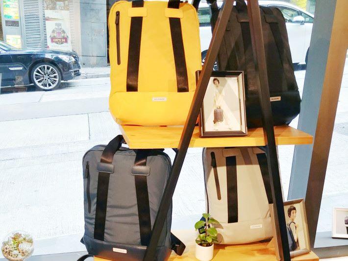 Metro 直身電腦袋備有黑色、煙灰色、寶藍色及橙黃色 4 種選擇。