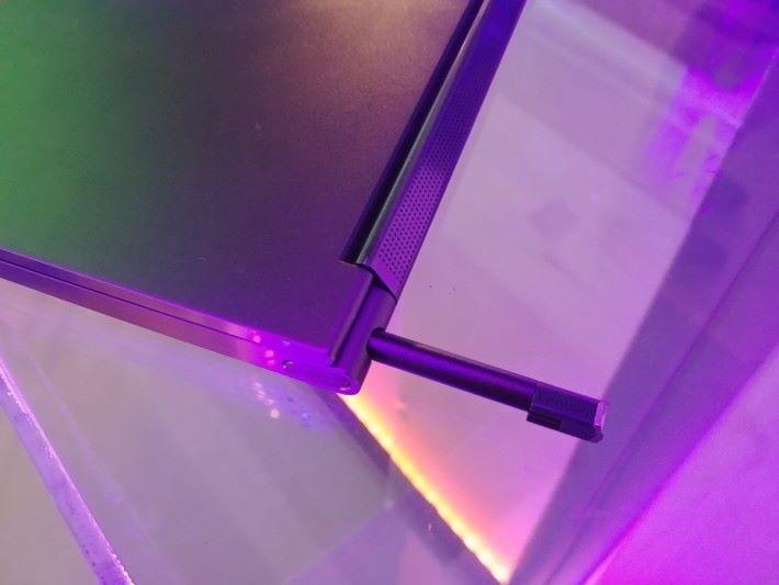 機背位置設有槽位,可以把 Garaged Pen 收納起來。