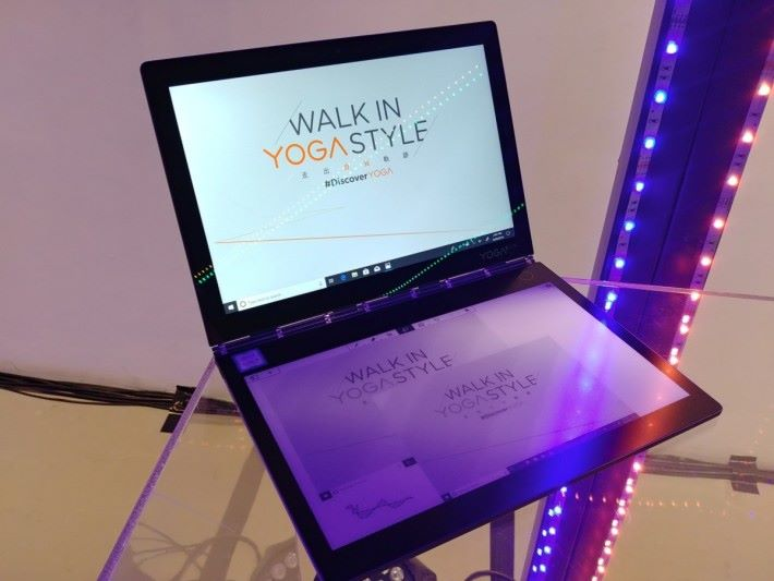 Yoga Book C930 採用獨特的雙屏幕設計,主屏幕是 4K UHD 規格屏幕,副屏幕則是 Full HD 規格 E-Ink 電子紙屏幕。