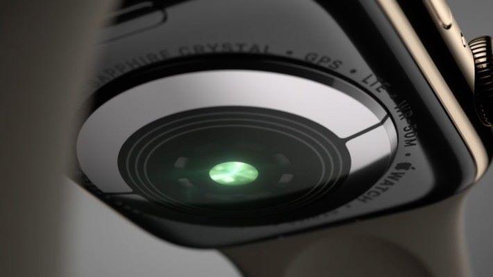 錶底也備有更強勁的光學心率感應器,可感測低心跳感應、心律及心電圖。