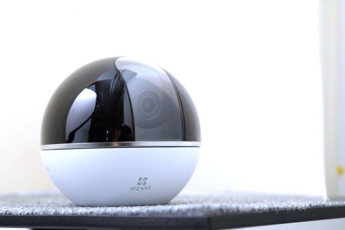 整個 IP Cam 呈球體狀,鏡頭和紅外線夜視燈亦藏於透明殼內,沒有罅隙藏塵。
