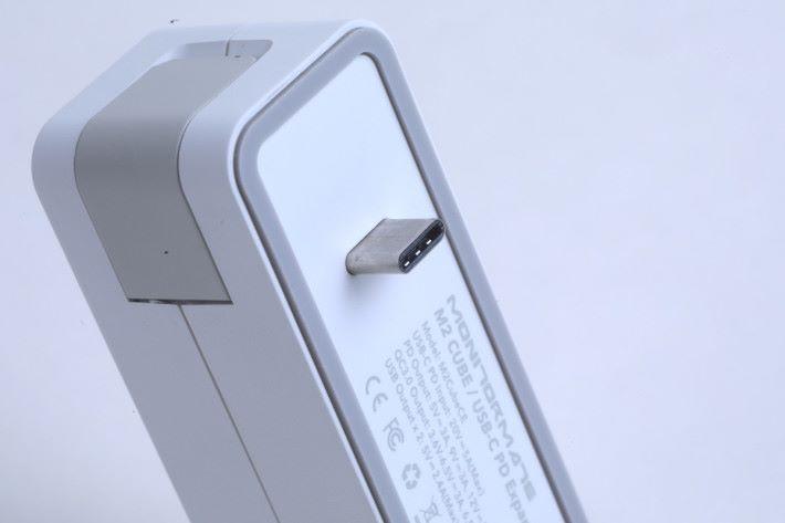 只要將裝置的 USB Type-C 接頭連到火牛即可使用。