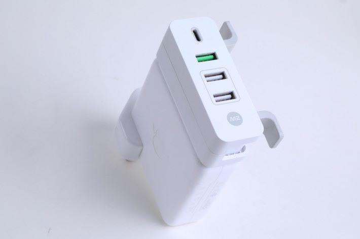 裝置體積跟 MacBook Pro 火牛的闊度相約,所以可「完美」跟火牛整合,方便攜帶。