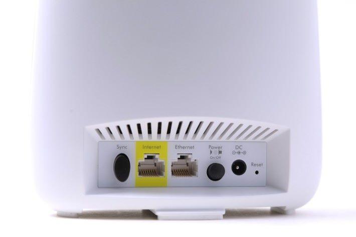 Router Node 背面有一個 WAN 埠和一個 LAN 埠,另有一個 Sync 掣用來配對 Satellite Node。