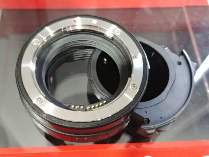 同場可試用 R 的鏡頭轉接環,這款插入式濾鏡可配上 ND 濾鏡 A 使用。